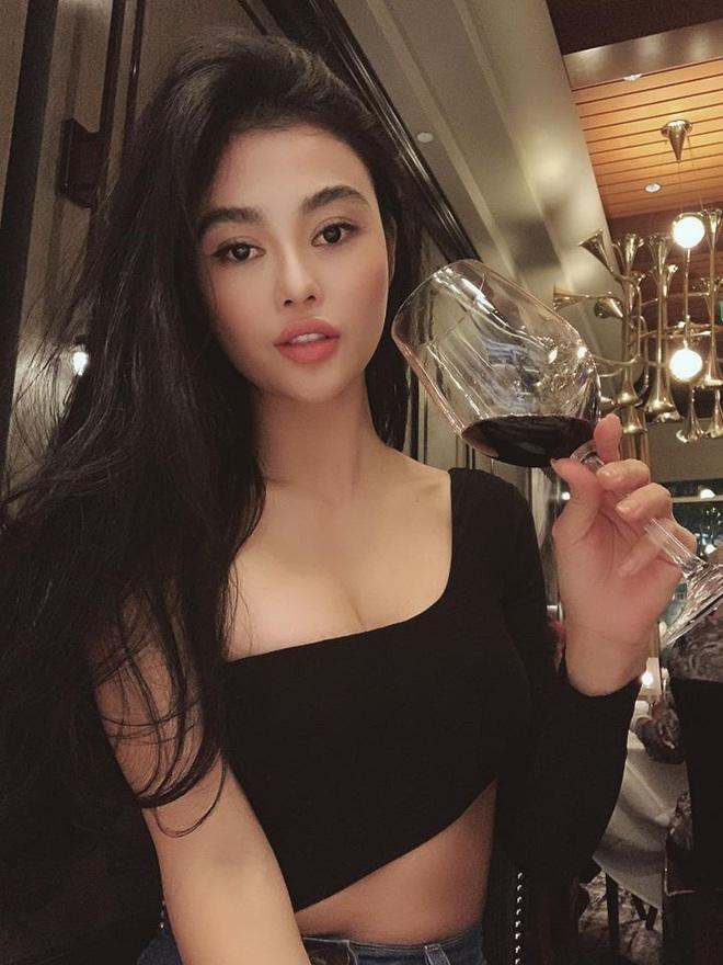 Bất ngờ với hình ảnh giản dị, mộc mạc của Hoa hậu ăn chơi nhất đất Sài Gòn - Ảnh 3.