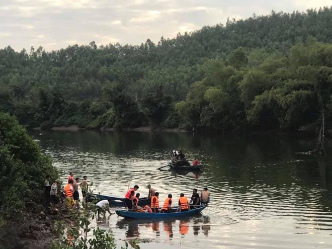 Thuyền chở 7 người ngắm cảnh trên sông bị lật, 2 cha con thiệt mạng - Ảnh 1.