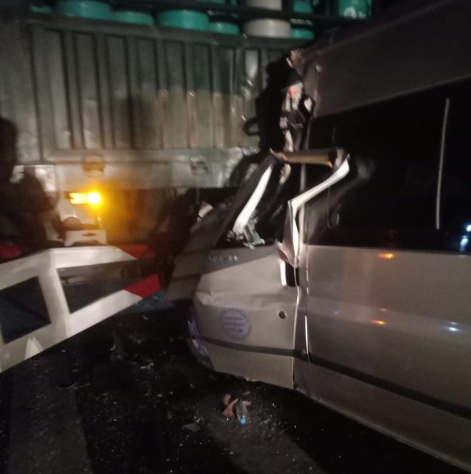 Thi thể tài xế kẹt trong cabin biến dạng sau cú tông vào xe đầu kéo - Ảnh 3.