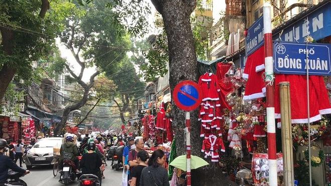 Hà Nội xuất hiện nhiều cây thông siêu to khổng lồ đón Noel 2019 - Ảnh 1.