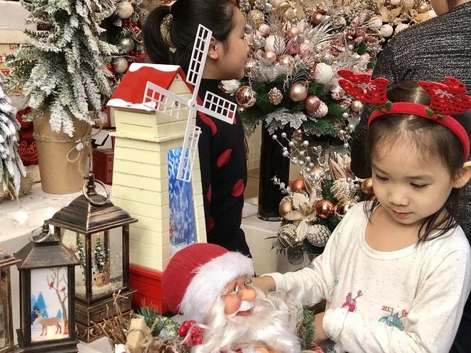Hà Nội xuất hiện nhiều cây thông siêu to khổng lồ đón Noel 2019 - Ảnh 12.