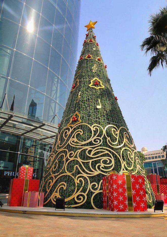 Hà Nội xuất hiện nhiều cây thông siêu to khổng lồ đón Noel 2019 - Ảnh 7.