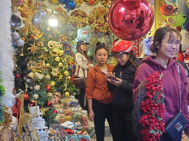 Thị trường Giáng sinh vào cao điểm, tiểu thương Hàng Mã vừa ăn vừa bán hàng - Ảnh 11.