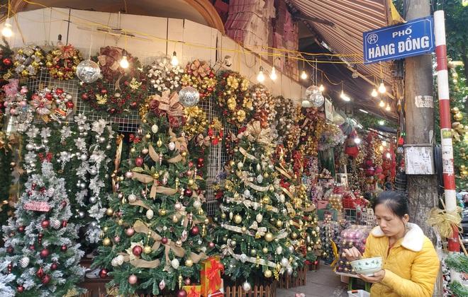 Thị trường Giáng sinh vào cao điểm, tiểu thương Hàng Mã vừa ăn vừa bán hàng - Ảnh 12.