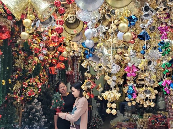 Thị trường Giáng sinh vào cao điểm, tiểu thương Hàng Mã vừa ăn vừa bán hàng - Ảnh 7.
