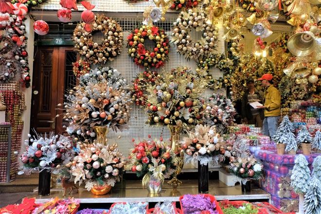 Thị trường Giáng sinh vào cao điểm, tiểu thương Hàng Mã vừa ăn vừa bán hàng - Ảnh 5.