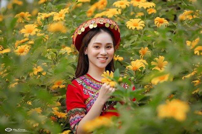 Xuất hiện giữa vườn hoa dã quỳ, cô gái 18 tuổi khiến dân mạng truy tìm, thấy nụ cười ai cũng hiểu lý do - ảnh 2