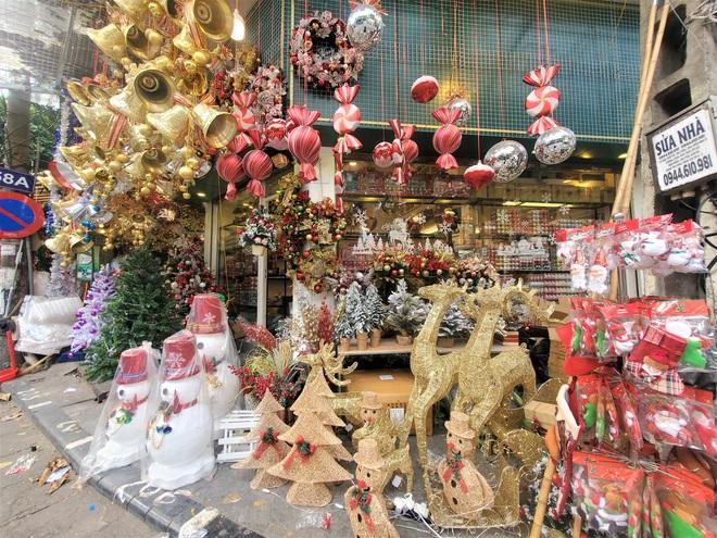 Thị trường Giáng sinh vào cao điểm, tiểu thương Hàng Mã vừa ăn vừa bán hàng - Ảnh 10.