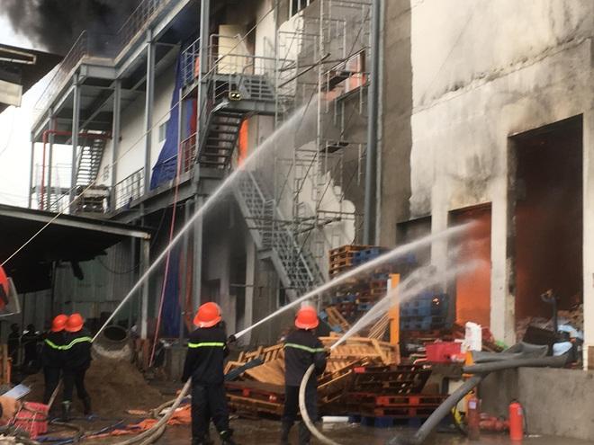 Cháy kinh hoàng tại công ty sản xuất bánh kẹo trong khu công nghiệp Sóng Thần - Ảnh 1.