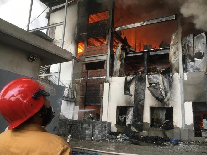 Cháy kinh hoàng tại công ty sản xuất bánh kẹo trong khu công nghiệp Sóng Thần - Ảnh 3.