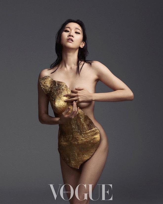 Loạt ảnh táo bạo rực lửa của người mẫu U40 xứ Hàn  - Ảnh 1.