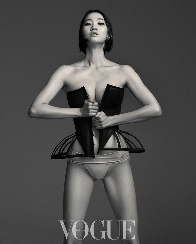 Loạt ảnh táo bạo rực lửa của người mẫu U40 xứ Hàn  - Ảnh 3.