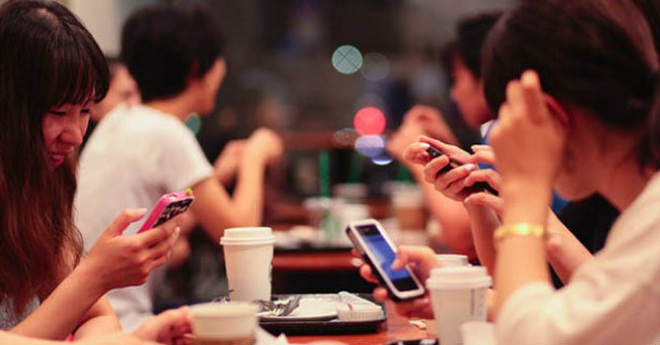 Dán mắt vào smartphone, 1 trong 6 thói quen gây ra căn bệnh nghiêm trọng cho người trẻ - Ảnh 1.