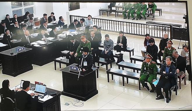 2 nữ bị cáo, cựu Phó TGĐ và thành viên HĐTV MobiFone khóc nấc khi được nói lời tự bào chữa - Ảnh 2.