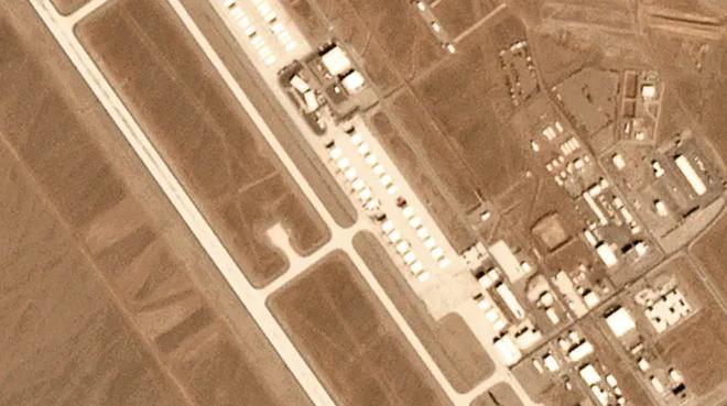 Ảnh vệ tinh để lộ khung cảnh bất thường: 12 máy bay lạ xuất hiện ở căn cứ tuyệt mật của Mỹ - Ảnh 1.