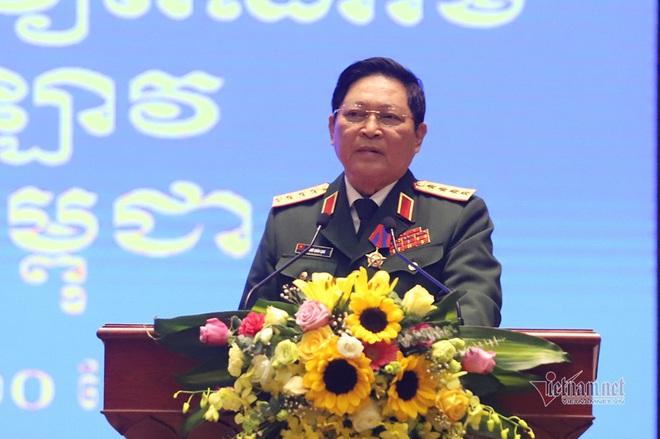 Bộ trưởng Ngô Xuân Lịch nhận 2 huân chương cao quý - Ảnh 1.