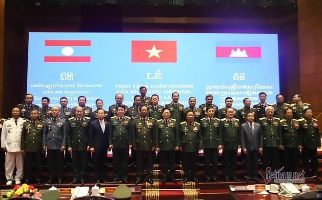 Bộ trưởng Ngô Xuân Lịch nhận 2 huân chương cao quý - Ảnh 3.