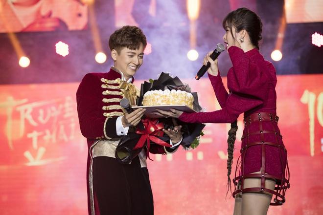 Ninh Dương Lan Ngọc mặc sexy, liên tục trêu ghẹo Ngô Kiến Huy trước hàng nghìn khán giả - Ảnh 13.