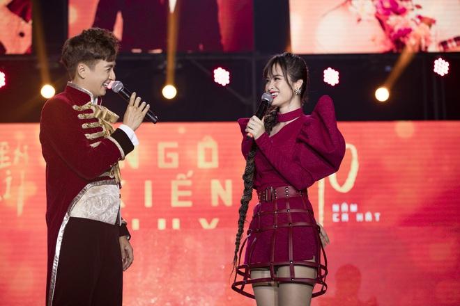 Ninh Dương Lan Ngọc mặc sexy, liên tục trêu ghẹo Ngô Kiến Huy trước hàng nghìn khán giả - Ảnh 14.