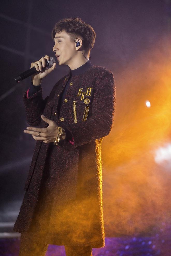 Ninh Dương Lan Ngọc mặc sexy, liên tục trêu ghẹo Ngô Kiến Huy trước hàng nghìn khán giả - Ảnh 3.