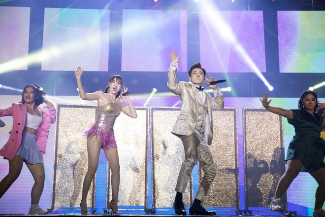Ninh Dương Lan Ngọc mặc sexy, liên tục trêu ghẹo Ngô Kiến Huy trước hàng nghìn khán giả - Ảnh 8.