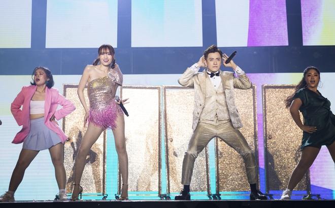 Ninh Dương Lan Ngọc mặc sexy, liên tục trêu ghẹo Ngô Kiến Huy trước hàng nghìn khán giả