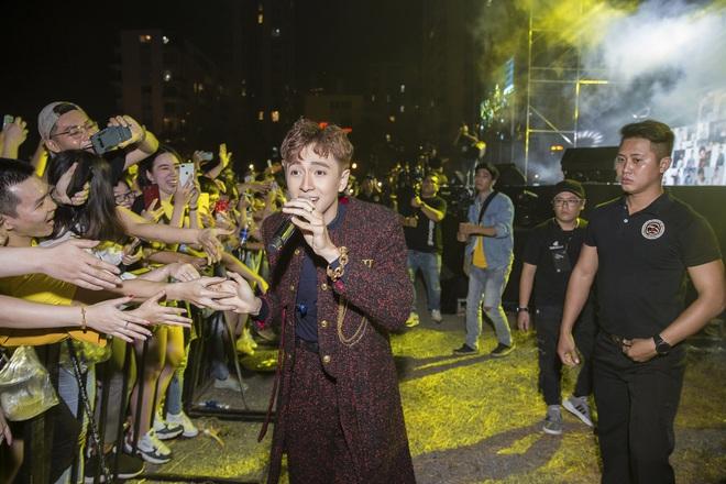 Ninh Dương Lan Ngọc mặc sexy, liên tục trêu ghẹo Ngô Kiến Huy trước hàng nghìn khán giả - Ảnh 4.