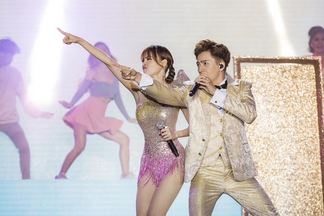 Ninh Dương Lan Ngọc mặc sexy, liên tục trêu ghẹo Ngô Kiến Huy trước hàng nghìn khán giả - Ảnh 5.