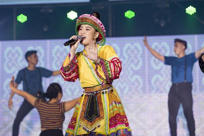 Ninh Dương Lan Ngọc mặc sexy, liên tục trêu ghẹo Ngô Kiến Huy trước hàng nghìn khán giả - Ảnh 12.