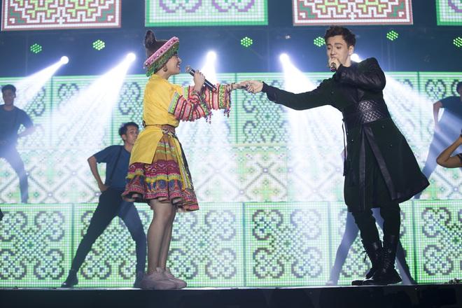 Ninh Dương Lan Ngọc mặc sexy, liên tục trêu ghẹo Ngô Kiến Huy trước hàng nghìn khán giả - Ảnh 11.