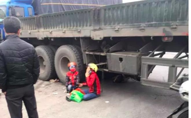 Mẹ gào khóc trong tuyệt vọng khi chứng kiến cảnh con gái 5 tuổi bị xe container đâm tử vong
