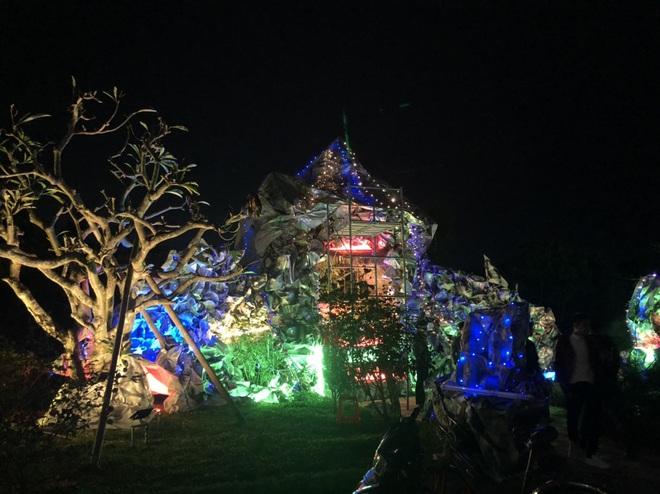 Mãn nhãn với hàng trăm hang đá rực rỡ chuẩn bị cho đêm Noel 2019 tại Nam Định - Ảnh 6.