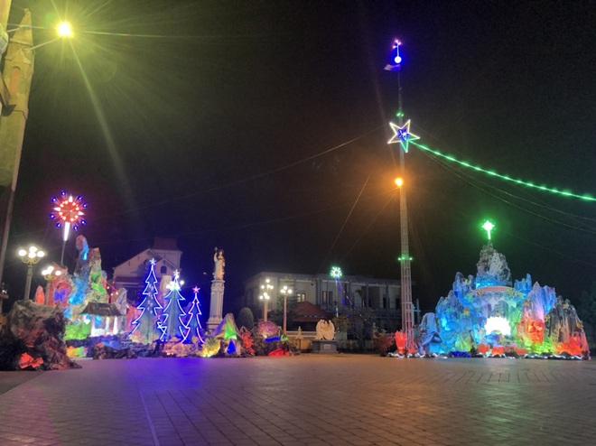 Mãn nhãn với hàng trăm hang đá rực rỡ chuẩn bị cho đêm Noel 2019 tại Nam Định - Ảnh 7.