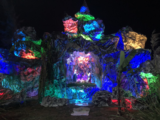 Mãn nhãn với hàng trăm hang đá rực rỡ chuẩn bị cho đêm Noel 2019 tại Nam Định - Ảnh 10.