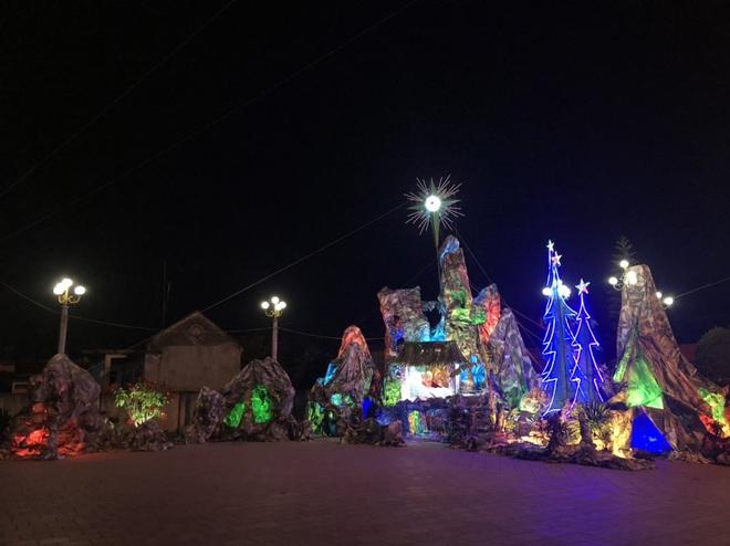 Mãn nhãn với hàng trăm hang đá rực rỡ chuẩn bị cho đêm Noel 2019 tại Nam Định - Ảnh 16.
