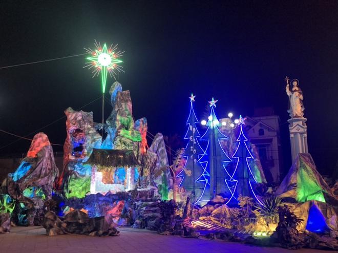 Mãn nhãn với hàng trăm hang đá rực rỡ chuẩn bị cho đêm Noel 2019 tại Nam Định - Ảnh 17.