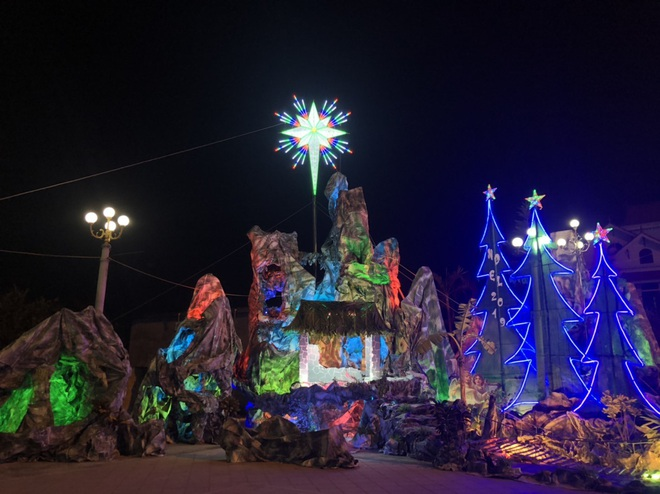 Mãn nhãn với hàng trăm hang đá rực rỡ chuẩn bị cho đêm Noel 2019 tại Nam Định - Ảnh 19.