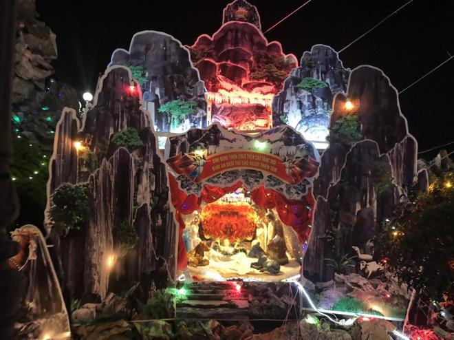 Mãn nhãn với hàng trăm hang đá rực rỡ chuẩn bị cho đêm Noel 2019 tại Nam Định - Ảnh 21.