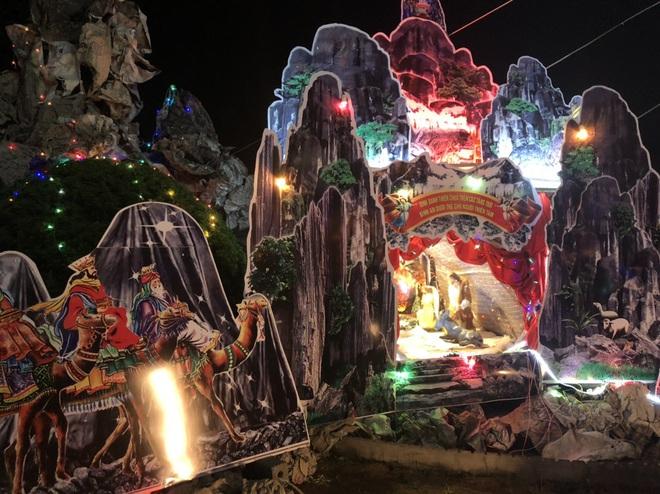 Mãn nhãn với hàng trăm hang đá rực rỡ chuẩn bị cho đêm Noel 2019 tại Nam Định - Ảnh 23.
