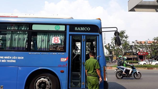Triệu tập một số người vì dùng hung khí đập phá xe buýt ở Sài Gòn - Ảnh 1.