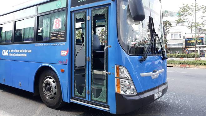 Triệu tập một số người vì dùng hung khí đập phá xe buýt ở Sài Gòn - Ảnh 2.