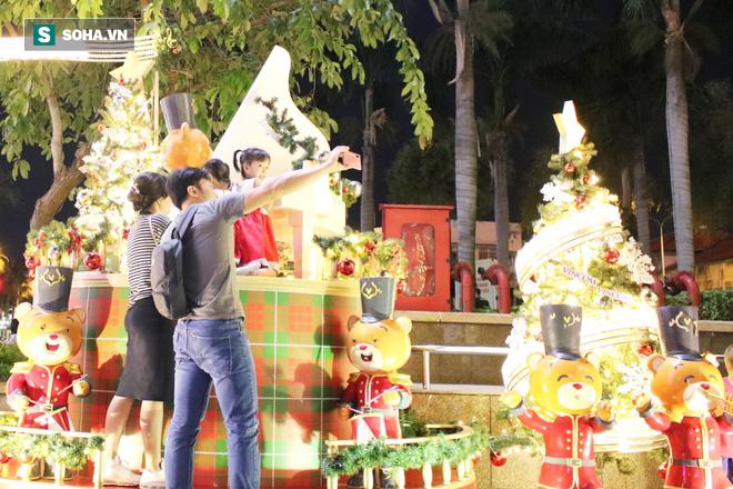 Không khí Giáng sinh tràn ngập đường phố Sài Gòn - Ảnh 4.