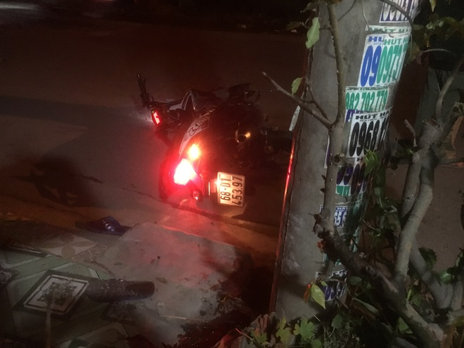Xe kẹp 4 lao vào trụ điện, 3 thanh niên nằm bất động, 1 người thoát nạn - Ảnh 1.