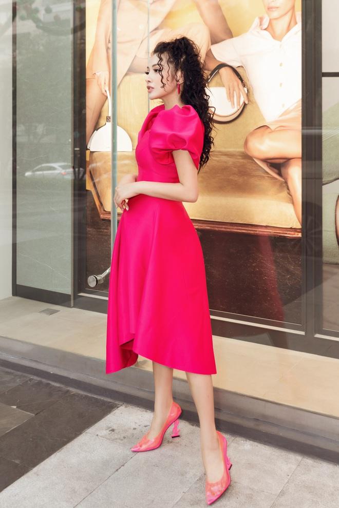 Yaya Trương Nhi kín đáo nhưng vẫn quyến rũ với set đồ màu hồng ấn tượng - Ảnh 1.
