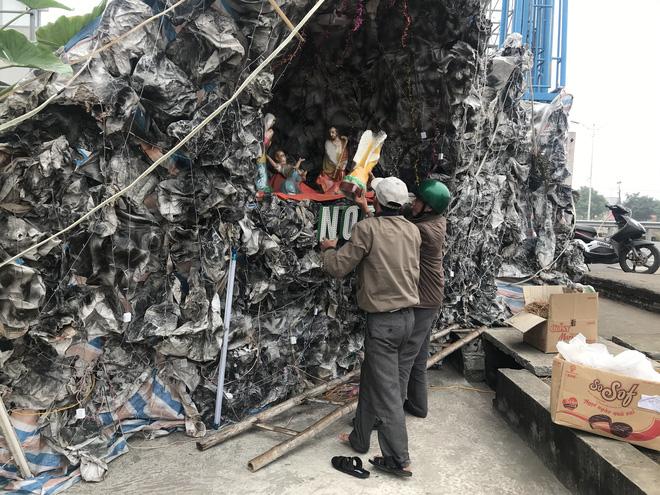Mãn nhãn với hàng trăm hang đá rực rỡ chuẩn bị cho đêm Noel 2019 tại Nam Định - Ảnh 1.