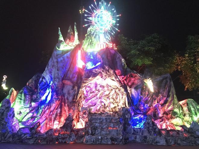Mãn nhãn với hàng trăm hang đá rực rỡ chuẩn bị cho đêm Noel 2019 tại Nam Định - Ảnh 25.