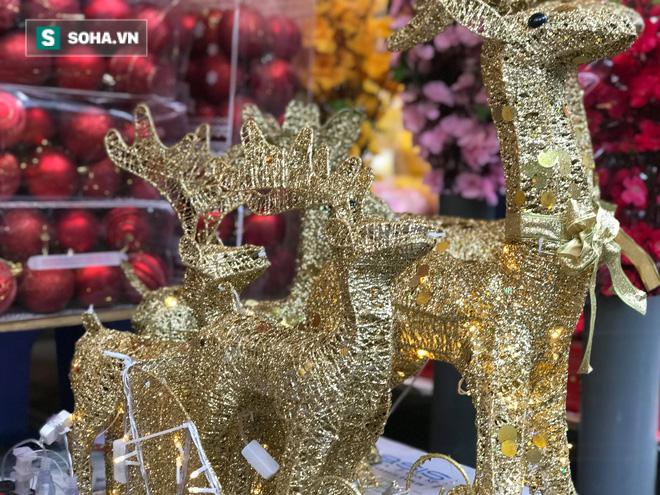 """Cây thông vàng, ông già Noel bạc """"sang chảnh"""" tại phố Cổ có giá cao ngất ngưởng vẫn cháy hàng - Ảnh 13."""
