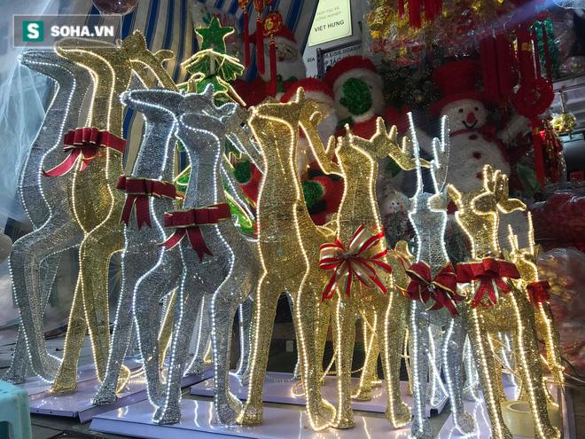 """Cây thông vàng, ông già Noel bạc """"sang chảnh"""" tại phố Cổ có giá cao ngất ngưởng vẫn cháy hàng - Ảnh 14."""
