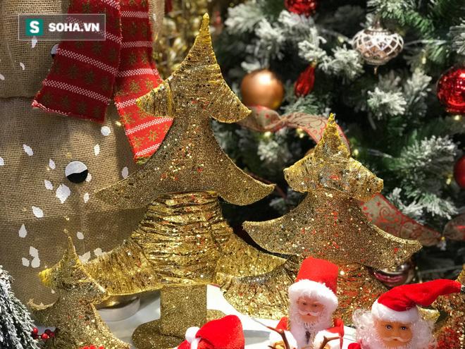"""Cây thông vàng, ông già Noel bạc """"sang chảnh"""" tại phố Cổ có giá cao ngất ngưởng vẫn cháy hàng - Ảnh 2."""
