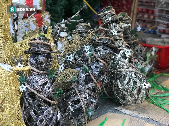 """Cây thông vàng, ông già Noel bạc """"sang chảnh"""" tại phố Cổ có giá cao ngất ngưởng vẫn cháy hàng - Ảnh 9."""